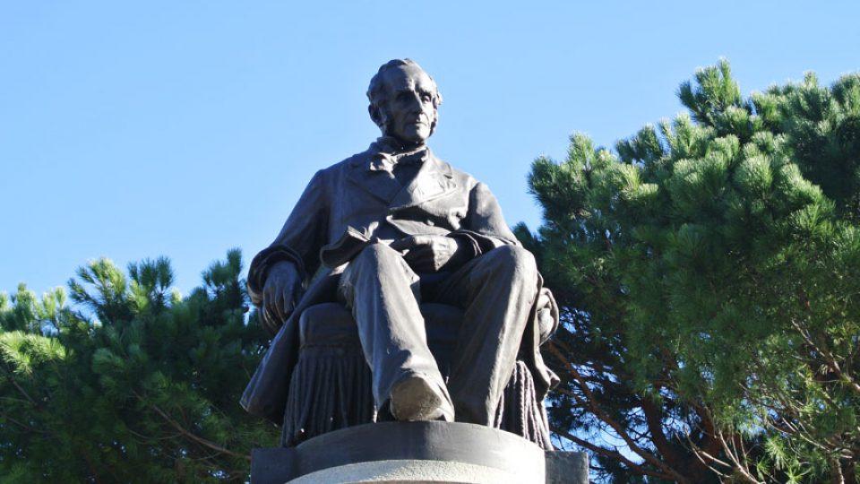 Alessandro Manzoni monument